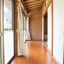 *[縁側]二間続きの和室には日当たり抜群な縁側がございます