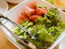 市場直送のお野菜は常に新鮮な状態でお出ししています。