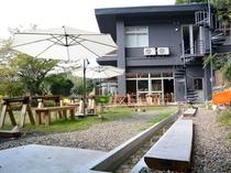 お庭にはテーブルと足湯。くつろぎながら景色や歓談をお楽しみください。