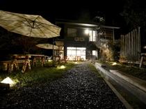 夜間はお庭各所の照明により昼間とは異なる雰囲気に。入浴後の休憩や足湯利用時にお楽しみください。