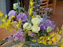 レストランにはスタッフにより花が活けられています。