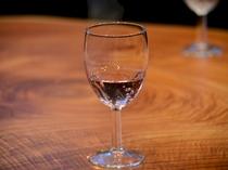 2食付プランのウェルカムサービス「飲むバラのノンアルコールドリンク」。