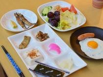朝食の和定食一例。おかずの種類とサラダ・フルーツバーに大満足!の声を頂いております。