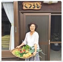 女将と収獲野菜