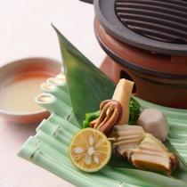 【春のスタンダード会席一品】蒸し鮑と春野菜の陶板焼き
