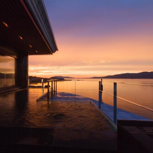 【夕凪の棟・露天風呂】移り変わる夕陽と空のコントラストが絶景です!