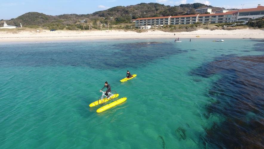 目の前の海で水上サイクリング等のマリンアクティビティも楽しめます(別料金)