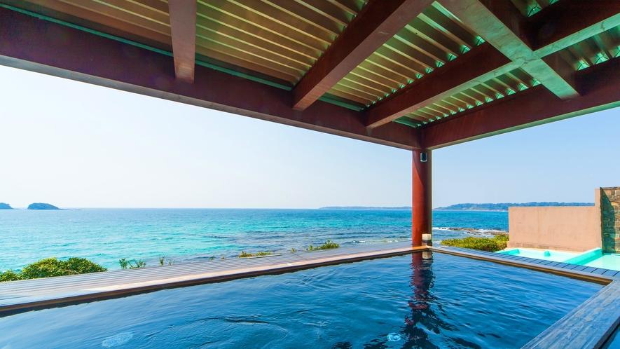 コバルトブルーの海を眺める露天風呂