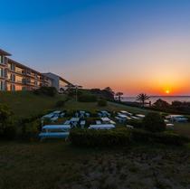 夕陽に染まるホテル