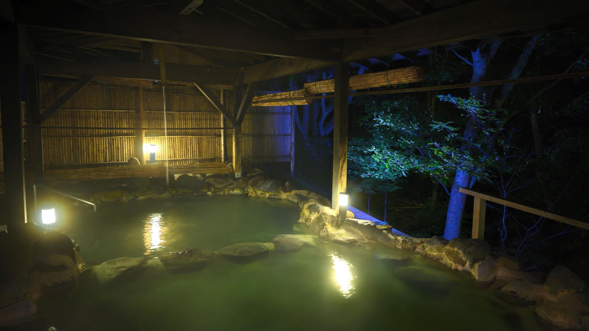 【かわせみの湯/大露天風呂】夜も湯気が立ち込める幻想的な雰囲気を味わえます。
