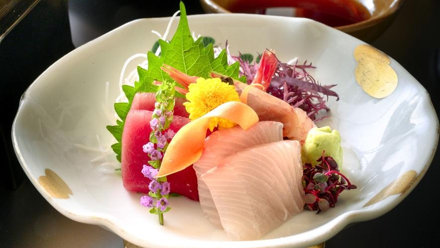 【御造り】季節の新鮮な魚介を美しく盛り付けた一品(一例)