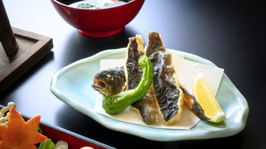 【揚げ物】川魚を使用した唐揚げ。骨まで美味しく食べられます(一例)。