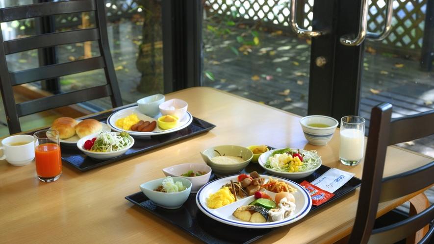 【朝食バイキング】窓側では朝の開放的な景色を眺めて朝食お召し上がりいただけます。