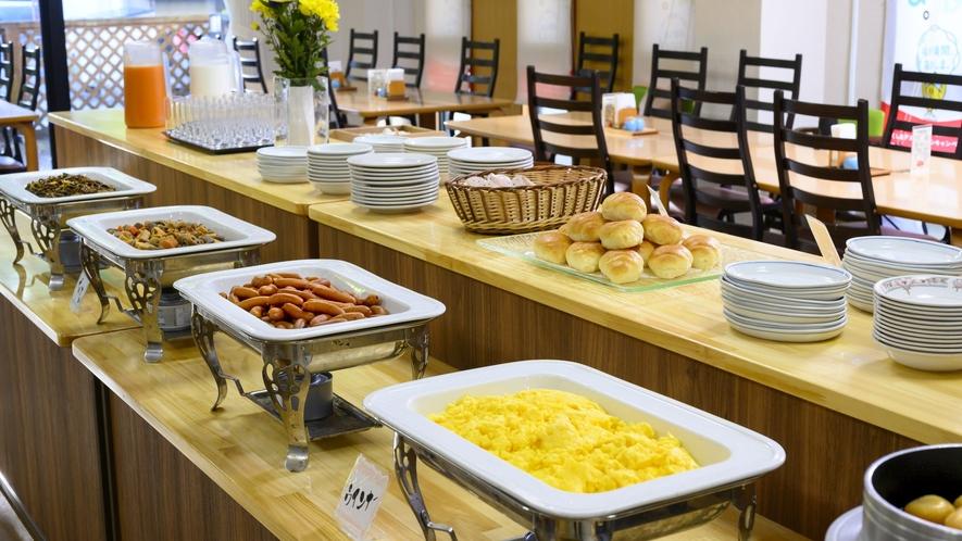 【朝食バイキング】和洋約20種の多種多様な料理が味わえます。※日により和定食になります。