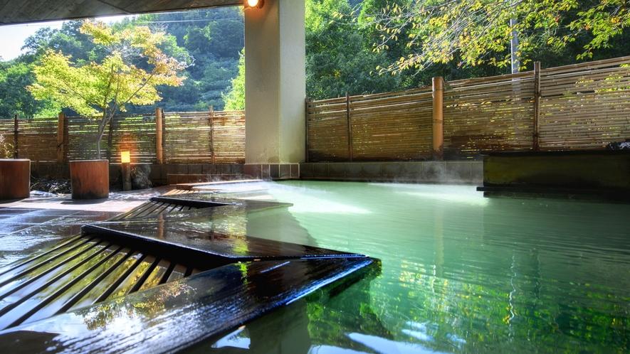 【やませみの湯/檜の露天風呂】小さい湯舟ながら風情が楽しめる露天風呂。心地良い湯浴みを楽しめます。