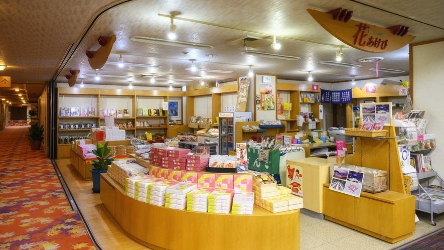 【売店】福島会津のたくさんのお土産品や日本酒を取りそろえております。
