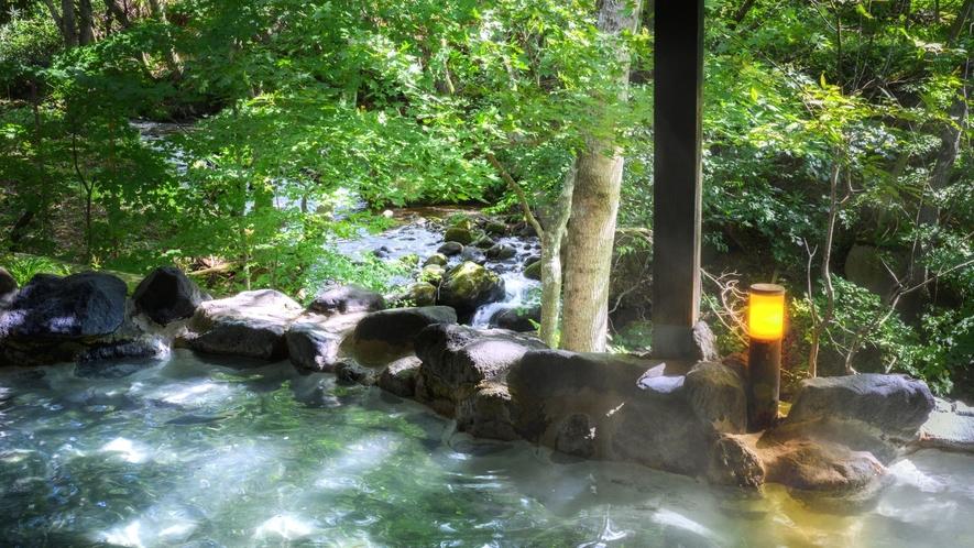 【かわせみの湯/大露天風呂】目の前には渓流が流れ、川のせせらぎを聞きながらご入浴いただけます。
