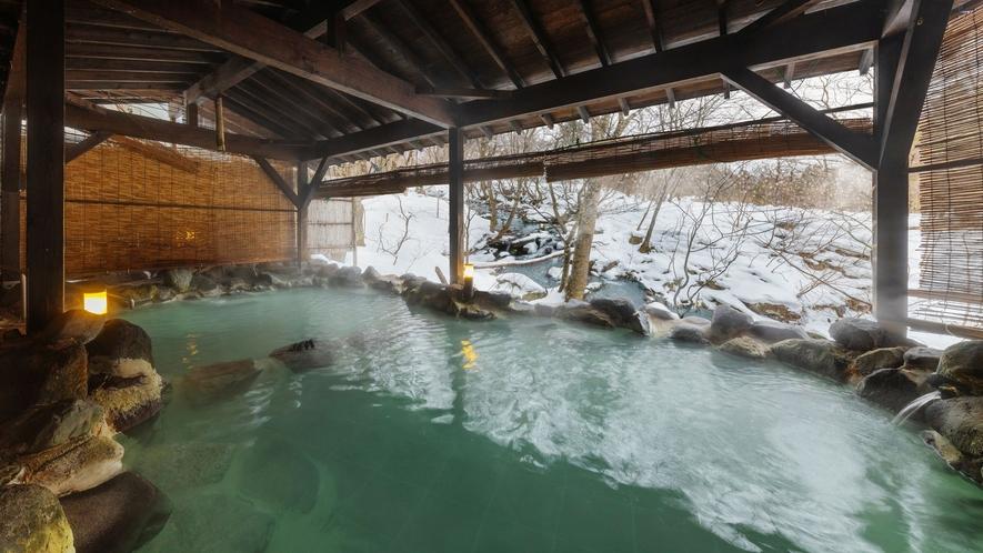【かわせみの湯/大露天風呂】冬の趣。雪見風呂をお楽しみ頂けます。