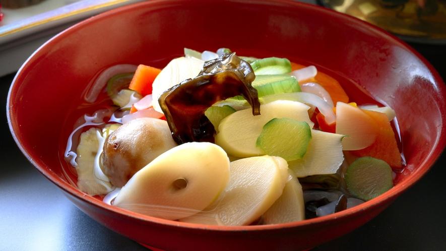 【郷土料理】会津を代表する「こづゆ」浅めの器にたくさんの具材を盛り付けていただきます(一例)