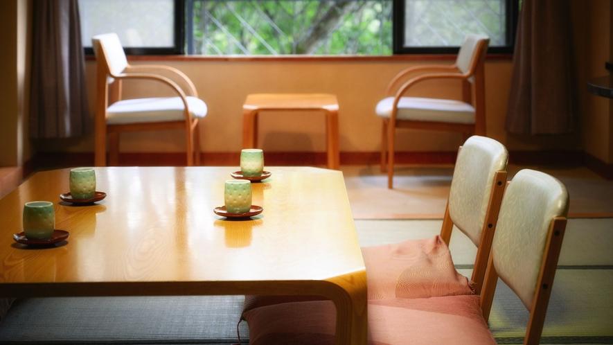【J-Styleヴィラ・和室】窓から美しい山景を眺める14.5畳の広めの空間