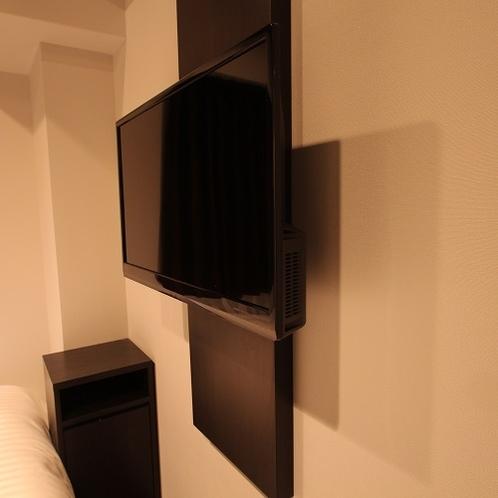 テレビ|壁かけタイプのテレビ。ベッドで寛ぎながらお楽しみいただけます。