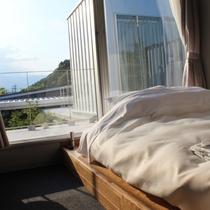 メゾネットの2階は大きな窓と布団のみ。星空とか見えたらいいな~