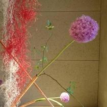 エントランスを彩るのは季節の花々。
