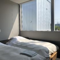 メゾネットの2階は大きな窓と布団のみ。しっかりと睡眠がとれるでしょう。