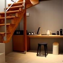 メゾネット客室の1階はこんな感じ。コンクリートと木の融合