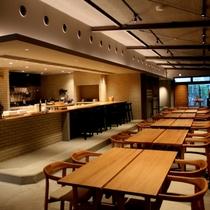 レストランは天井の高い開放的な空間。