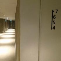 ホテルの通路もいたってシンプルに。コンクリートの無機質さがカッコイイ!