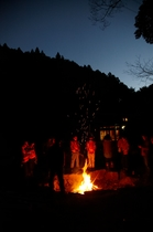 焚火を囲んで真っ暗森の闇体験
