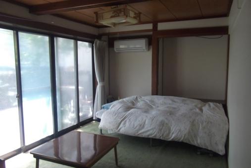 1名様の和室にベッドのお部屋です。