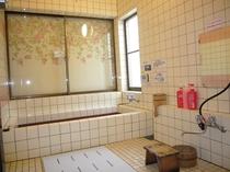 お風呂は天然温泉