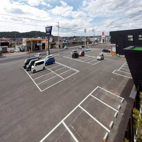 ホテル隣接の無料平面駐車場♪