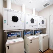 コインランドリーは1階にご用意しております。洗濯200円/1回(乾燥機・洗剤は無料)