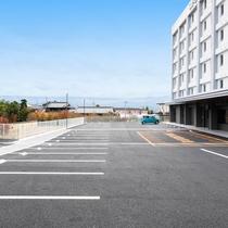 無料平面駐車場101台完備!先着順でご利用頂けます。