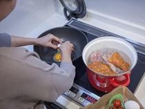 ソーセージやチリコンカンを湯煎している間に卵料理を。