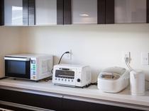 2F キッチンには電子レンジ、冷蔵庫、各種調理器具類を揃えております
