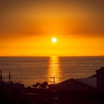 アラハビーチ公園より望む、渡嘉敷島に沈むの美しいサンセット風景。