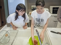 沖縄産プチトマトを洗って。もみんなで作る楽しい朝食
