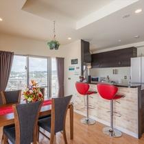 8F 赤いバーチェアが特徴的な対面キッチン
