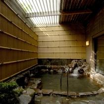 露天風呂(銀泉) 静かで落ち着きのある浴場となっており、心ゆくまでお寛ぎ頂けます