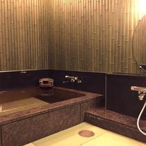 当館から徒歩1分ほどの本館の貸切家族風呂(1回50分2,600円税込・先着予約制)