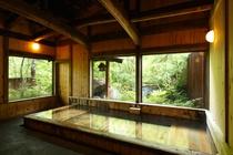 桧づくりの大浴場