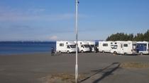 海岸の駐車場にモーターホームチーム集結