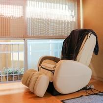 *お休み処/明るい窓際でマッサージチェアも利用できます