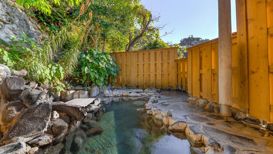 *混浴露天風呂:19時~22時女性専用/海辺ならではの塩分が強い温泉は体の芯から温まります
