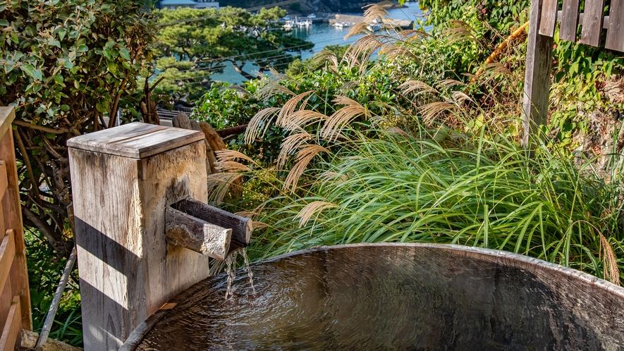 *無料貸切露天風呂/湯船に浸かりながら雲見の港の風景が一望できます