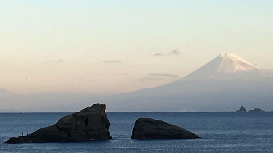 *海岸より富士山を望む